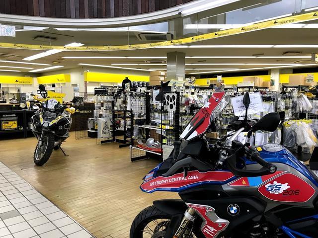 画像: 店内にはGSトロフィ参加マシンや国内ラリー仕様のマシンなども展示