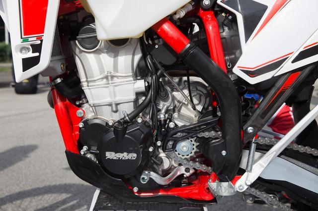 画像: 新設計のエンジンは、クラッチ軸を上へ押しやり、前後長を短くとった。正攻法のエンジン進化で、1kgほどの軽量化を実現している