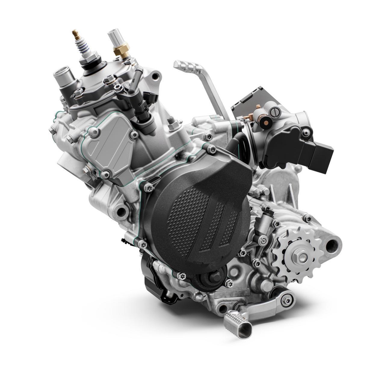 画像: 直噴に近い形で、掃気ポートから燃料を噴射する、独特な機構であるTPI。「トランスファー・ポート・インジェクション」は、このエンデューロにおいて革新的なユニットだ