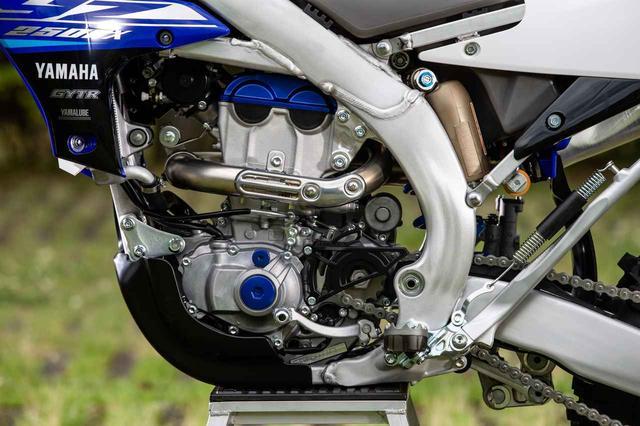 画像: YZ由来のエンジンの軽さと、エンジンストール耐性の両立