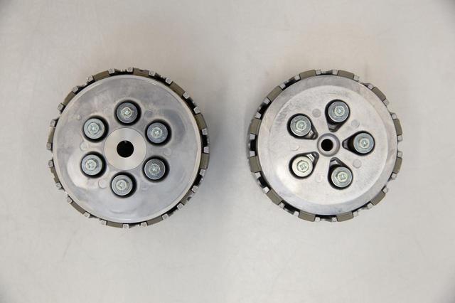 画像: 1クラッチは、YZ250FからXC向けにコントロール性能と、フィーリングを向上させた。フリクションプレートの構成が異なる。旧型と比べると、1枚プレートが減って8枚になっている代わりに、プレート自体が大径化。全体的なクラッチ容量は上がった