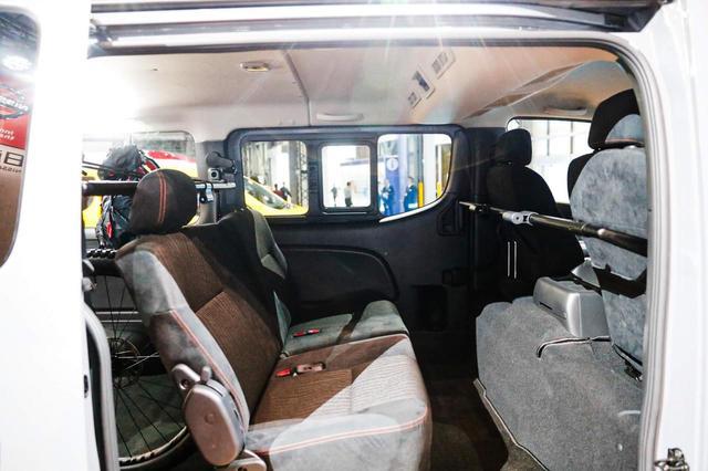 画像: セカンドシートはスタンダードと違い、ワンタッチで折りたためるよう改造。