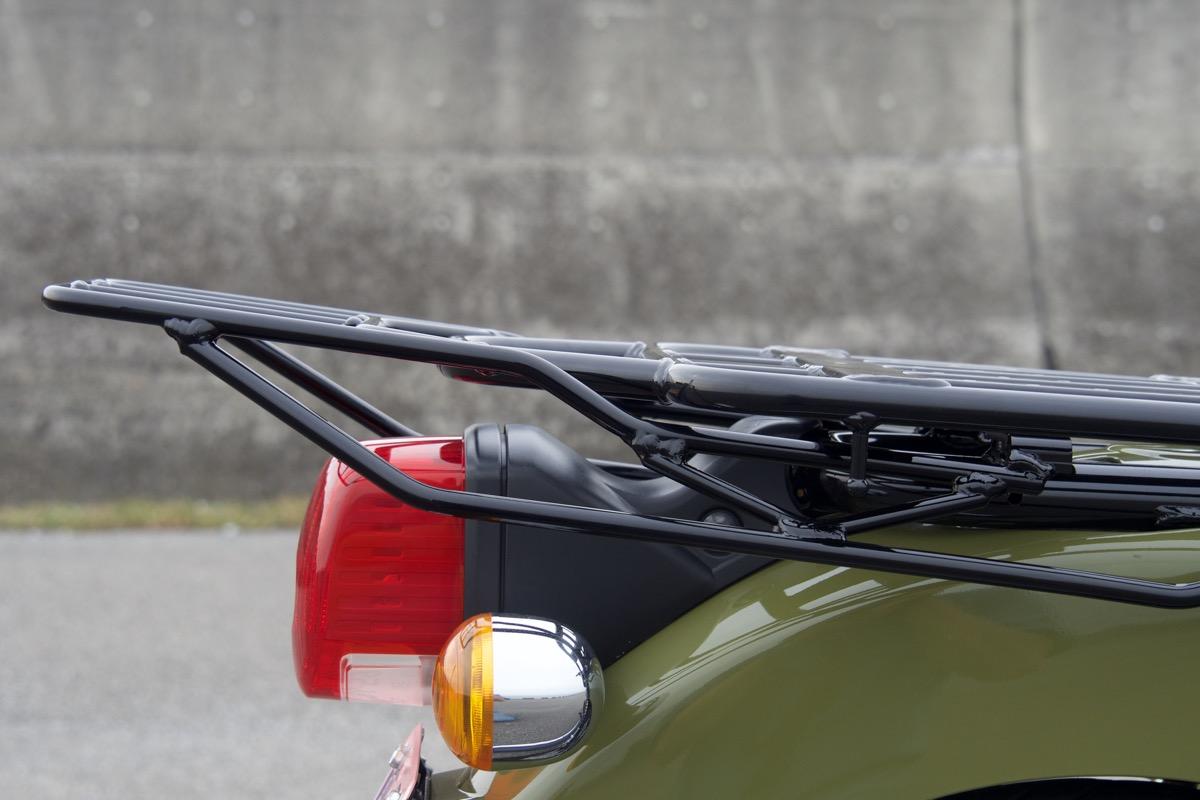 画像: 少し後ろ上がりにすることで、リアボックスを装着しても蓋が勝手に閉まらない。