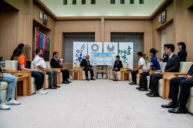 画像: 都庁の会議室に集まった一同。まずは小池都知事と三宅村長の櫻田氏が挨拶を交わしました。