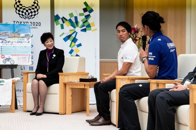 画像: 黒山健一選手(右)と小島庸平選手(中央)。