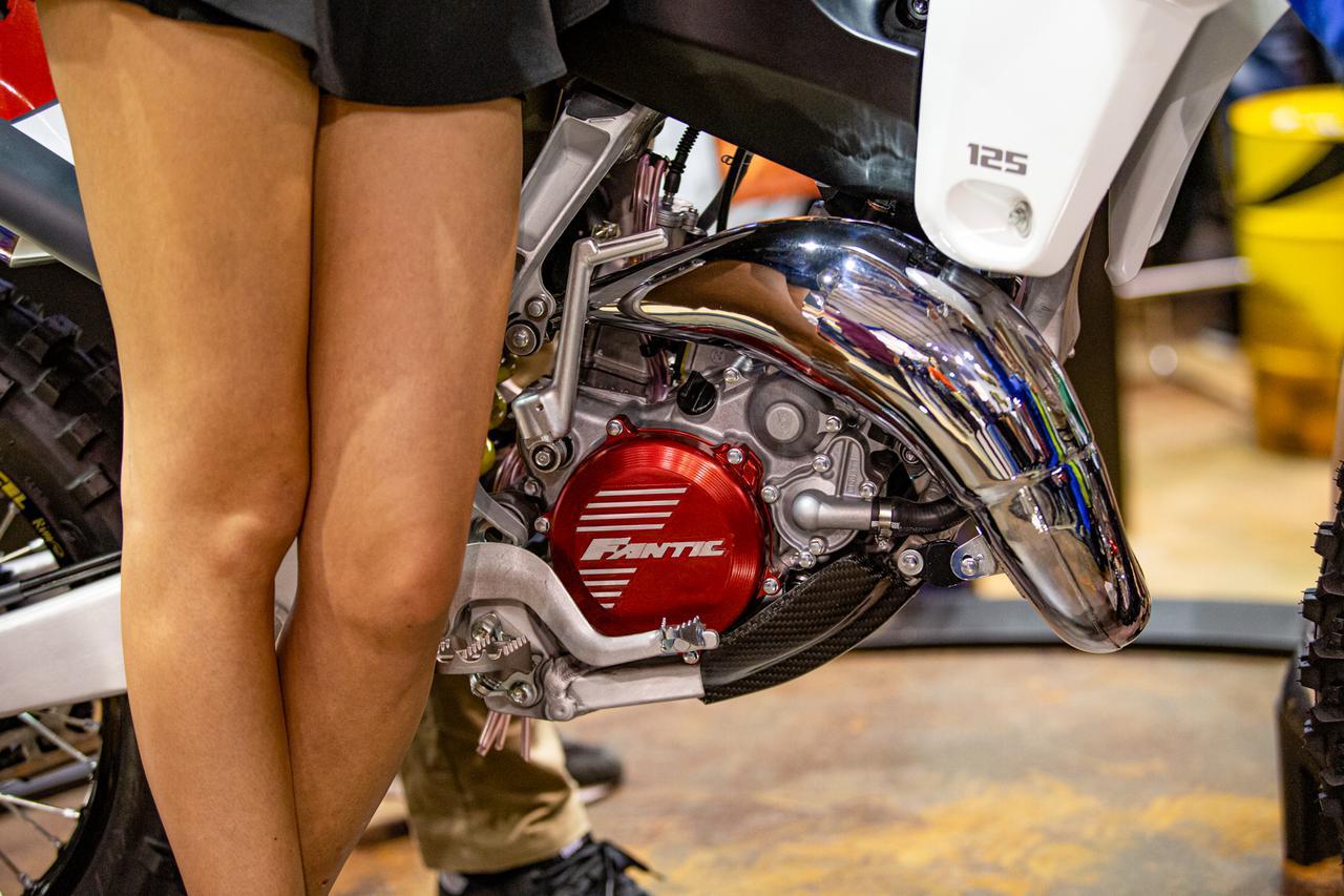 画像: エンジンは、YZ125Xをベースとしてシリンダー、ヘッド、ECU、吸排気系を変更。その特性はまだベールに包まれている