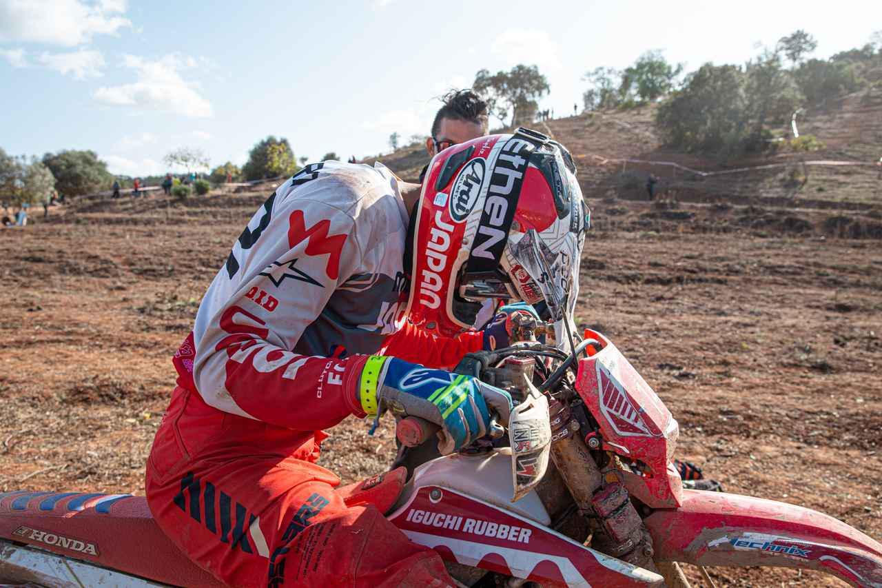 画像: DAY5、とあるテストを終えて釘村。思わずヘルメットをハンドル上に埋める