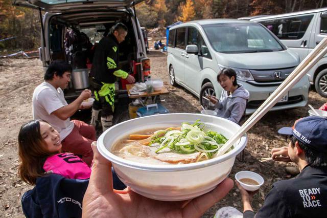 画像: 大阪の「麺や あ、うん」が出張出店? エンデューロもスプリントも出場しながらお昼休みには先着でラーメンを振舞ってくれた。絶品。