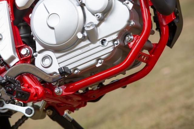 画像: ここまでフレームが主張するオフロードバイクも珍しい