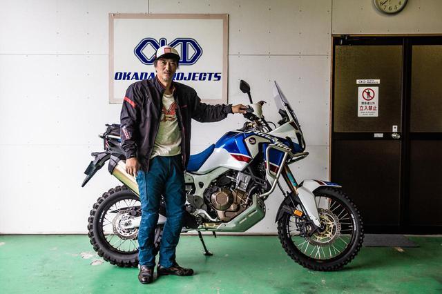 画像: 大鶴義丹氏、オカダプロジェクトにて。普段からブロックタイヤを履く、純ダートバイクな愛車
