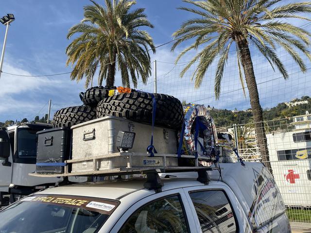 画像: エキップスガワラのサポートカー。スペアパーツ等の資材でハイラックスが満載