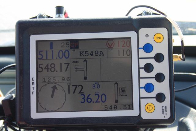 画像: プレスカーに搭載しているGPSは、4輪クラスと同じものだが、ロードブック(コマ図)が表示されるように設定されている。毎日、主催者が発表するコード番号を入力すると、その日のルートがわかるようになっているのだ