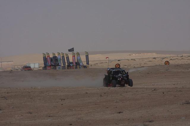 画像: SSのスタート前に主催者が競技車両の水タンクに規定通りの量が入っていいるか確認をした