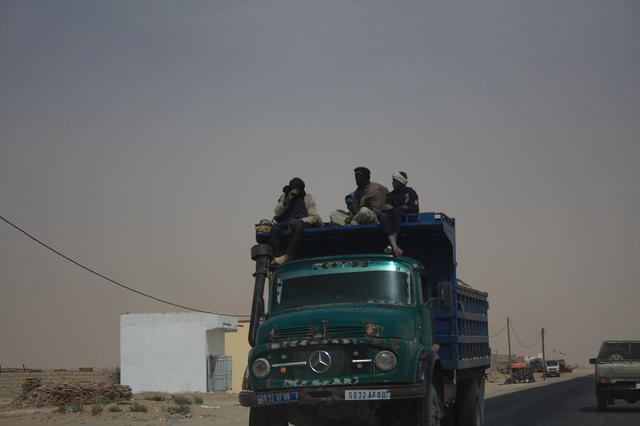 画像: ヌアクショットで。トラック屋根にも人が乗っていたり