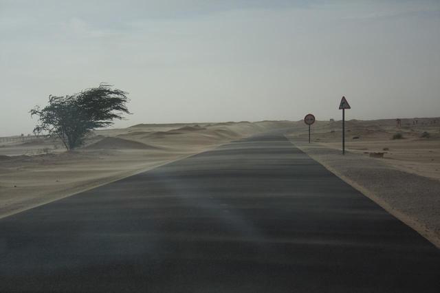 画像: モーリタニアに入って幹線道路にも砂の吹き溜まりが多くなってきた