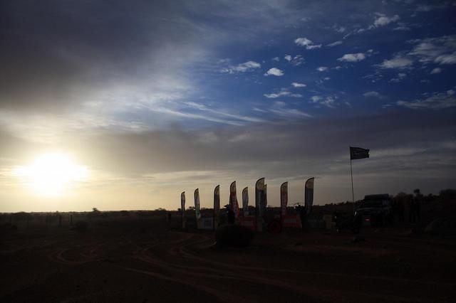 画像: 毎日、夜明け前にリエゾンがスタートし、日の出と同時にSSがスタートする