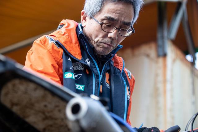 画像: タイスケのサポートで同行した実父、泰晴氏。水上家は福岡県北九州市にてKTMディーラー、ダートバイクZIMを経営している。