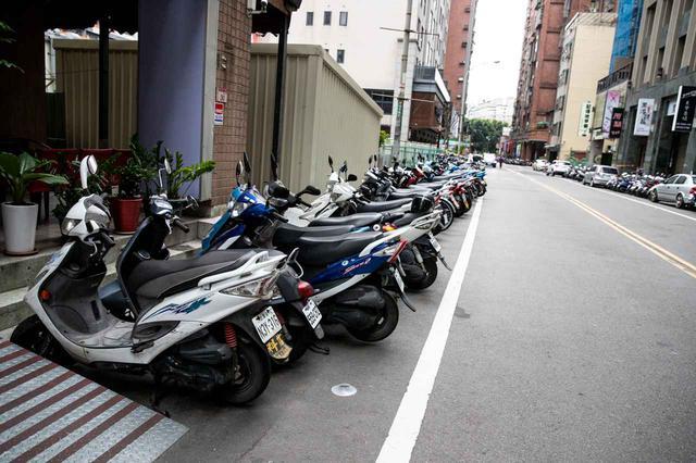 画像: どの道にも、これからルマン式スタートでレースが始まりそうなくらい綺麗に並べられたスクーターたち。キムコとSYM、そしてヤマハが多かった。