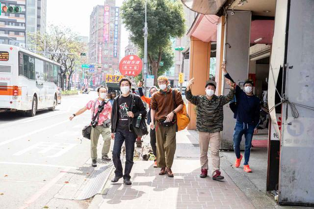 画像: 台湾の街を歩くチームJAPAN。気温はとても穏やかで半袖でも大丈夫なくらい。