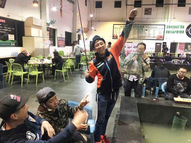 画像: レースではアヤトに先行を許したタイスケ。夜のエビ釣り(台湾には24時間営業のエビ釣り堀があり、その場で焼いて食べることができる)では大漁リード! ちなみに僕もやらせてもらったら5分で1匹釣り上げましたが、アヤトは・・・え? まさかのボウズ?