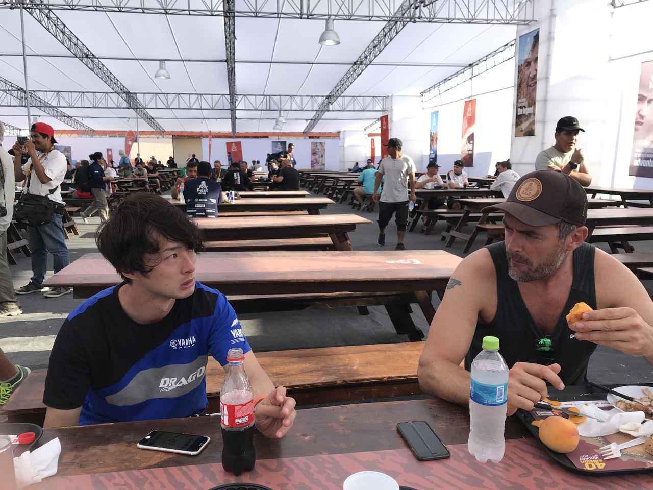 画像: 南アフリカきら参加したデビッドトーマス君と食事しながら話す晋之介。