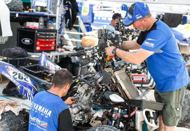 画像: レースが終了すると毎日こうしてフルメンテナンスが行なわれる。サポートメカニックはチームに2名ついていることが多い。