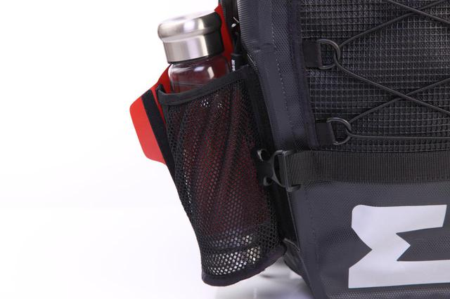 画像: 左右にあるボトルポケットは使わない時は収納可能