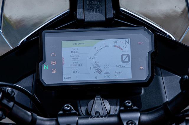 画像: インフォテイメント。MTC(トラコン)、ABSの設定ができる