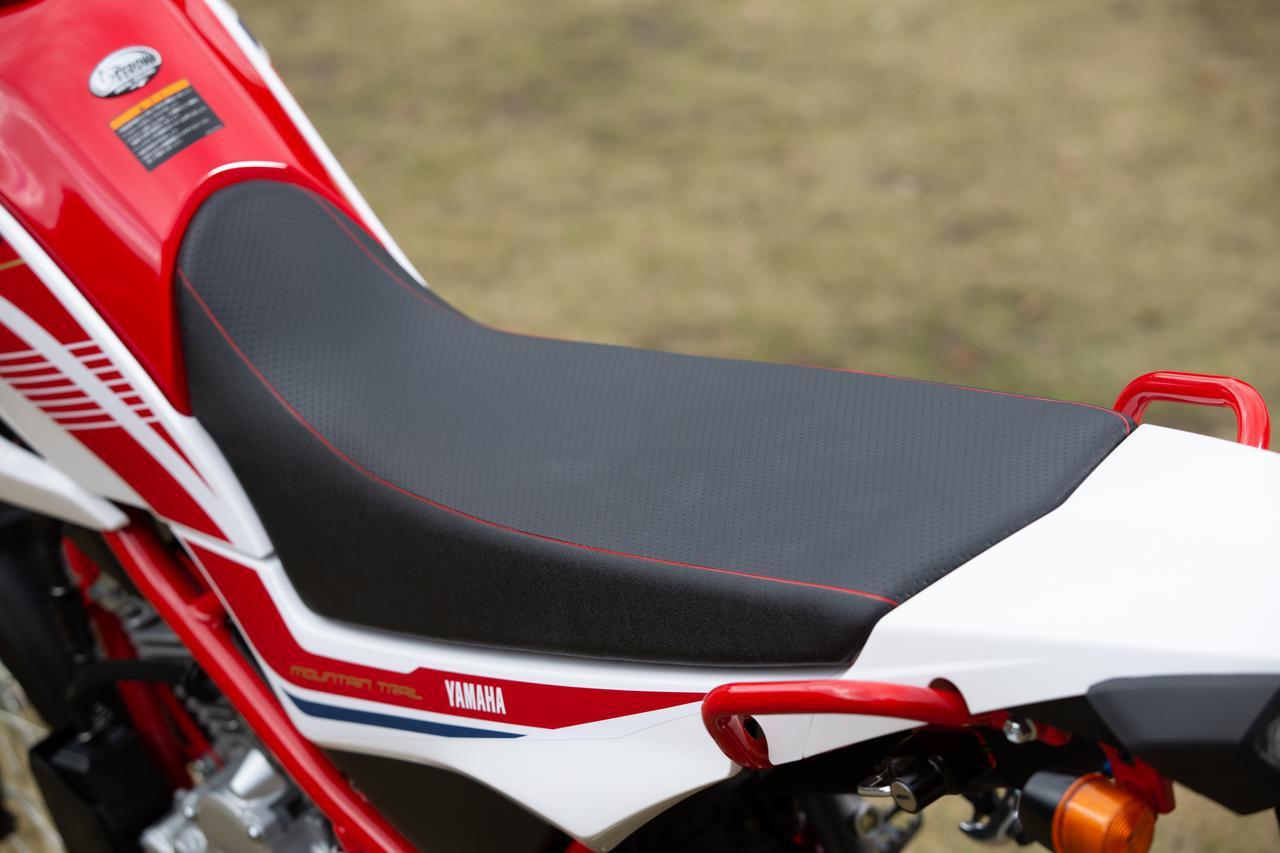 画像: 赤いステッチが入った、ファイナルセローのシート。トレールバイクとして、とても上質な仕上がりではある