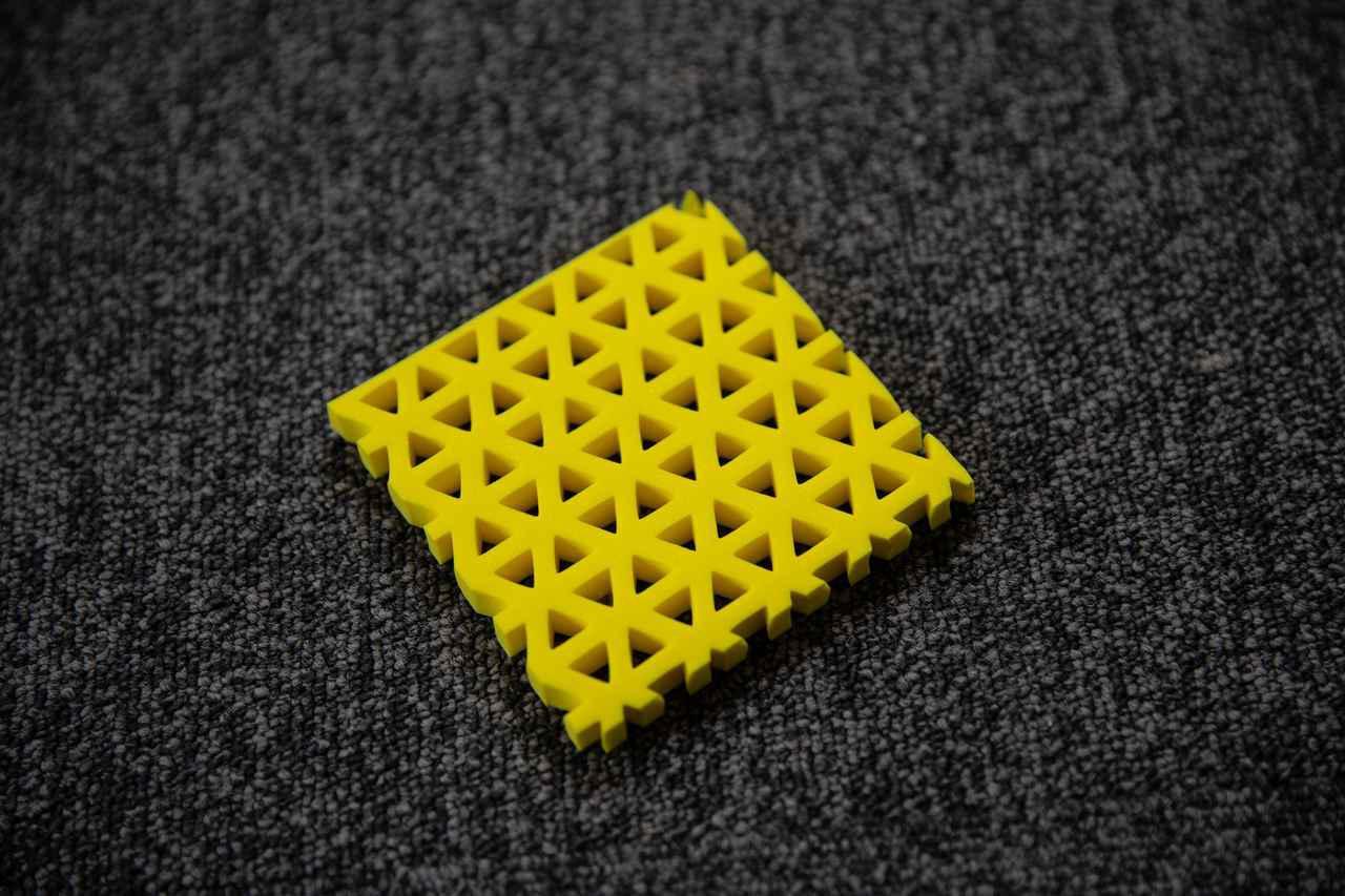 画像: T-NET。この素材が、減衰力(のようなもの)を発生させる…