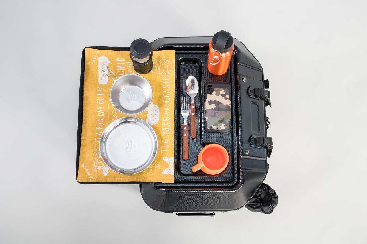 画像5: このシートバッグは荷物を詰めるだけじゃない。1つで2役、なんとテーブルに変形