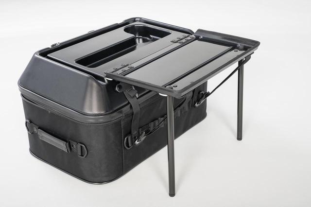 画像4: このシートバッグは荷物を詰めるだけじゃない。1つで2役、なんとテーブルに変形
