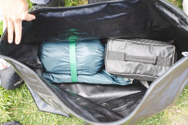 画像: 最初にバッグに詰めたテントとガスバーナー(調理器具)