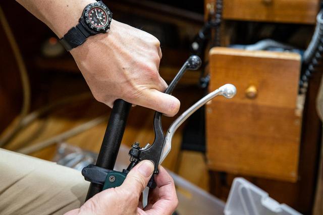 画像1: 指一本操作に集中するため、北村さんはレバーを曲げ、削るのであった