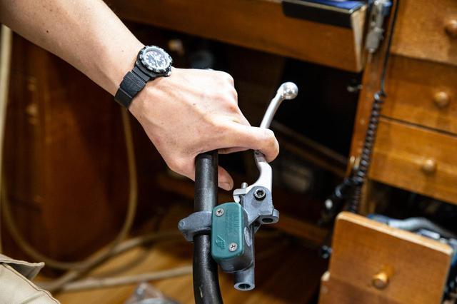 画像2: 指一本操作に集中するため、北村さんはレバーを曲げ、削るのであった