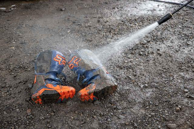 画像: 汚れたブーツ、そして車まで