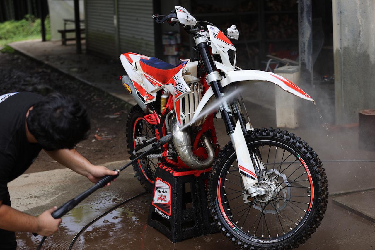 画像4: 一流メカニックの「洗車術」に目からウロコがボロボロ。高圧洗車実践編