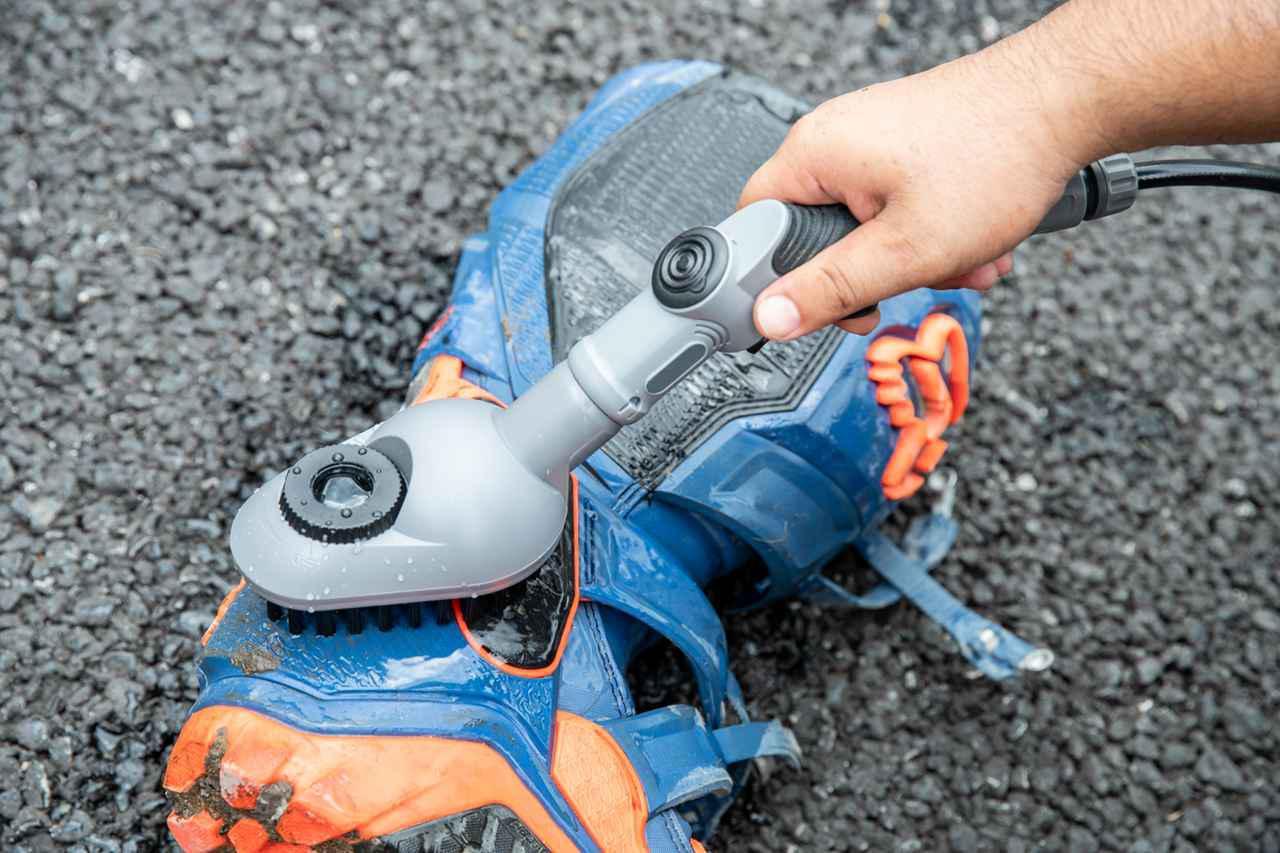 画像6: バッテリー式の洗車機なら、場所を選ばずどこでもバイクを洗えちゃう