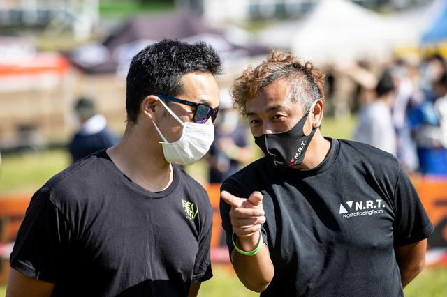 画像: 成田亮(写真右)と、熱田孝高(写真左)。ともに世界戦も数多く経験している日本を代表するモトクロスライダー。熱田は現在、全日本モトクロスに参戦する成田のチームでアドバイザーを担当している。