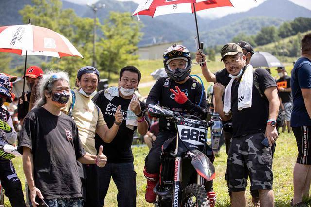 画像: 成田も同じ東北のJNCCベテランライダー野頭ら、ファンと記念写真を撮影。