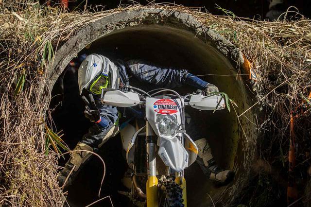 画像: フリー走行エリアにはこんな土管の中を走れるところも! ヘルメット擦らないように気をつけてー!