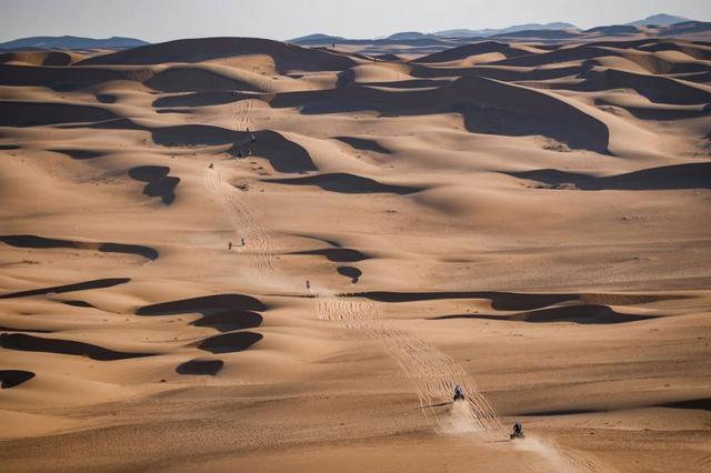 画像: 砂漠地帯のオフピストでは、安全に走るために前走者の跡を追って行くのが定説。先頭を走るライダーはナビゲーションを後続よりも正確におこなう必要があり、ペースをあげづらい