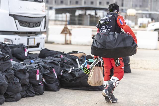 画像: チーム員のサポートを受けられないマラソンステージ。トラックで宿泊地に運ばれてきたギアバックも、自分で運ぶ必要がある