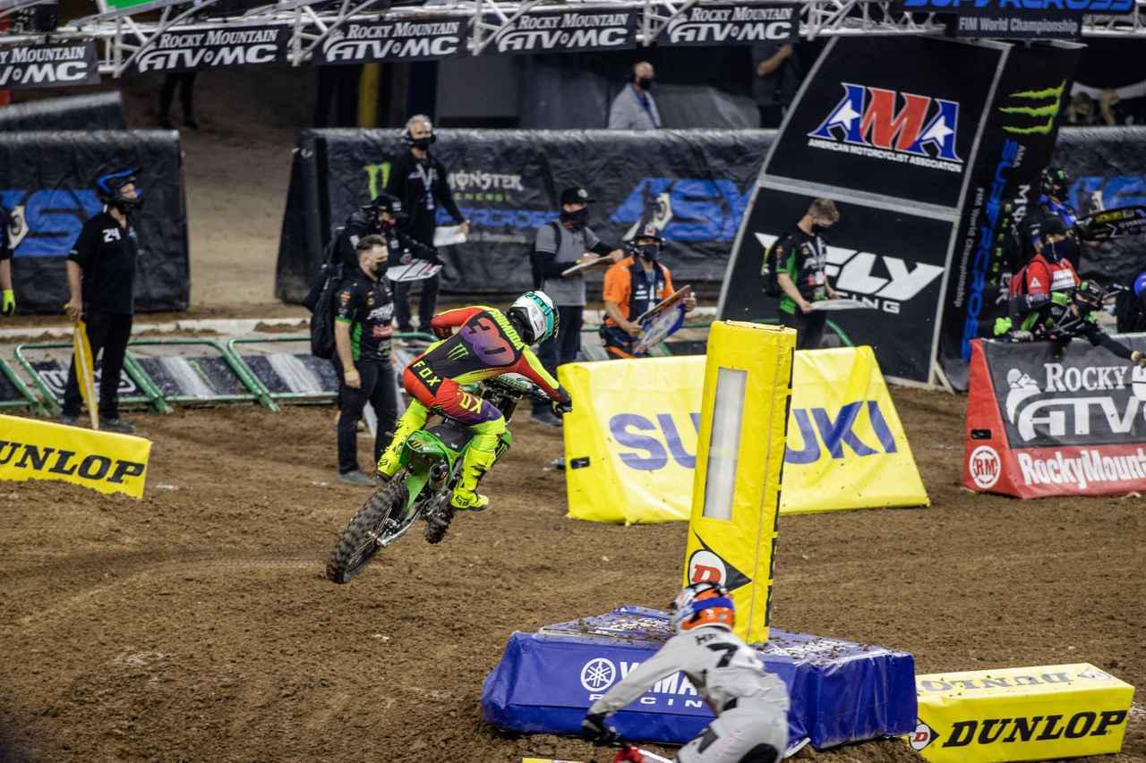 画像: コブのあるイン側からアウトへ飛ぶ。このラインであれば、次のコーナーまでスムーズだった