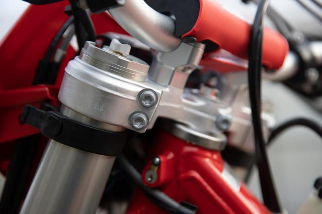 画像: 低めに設定される、GASGASのハンドルまわり