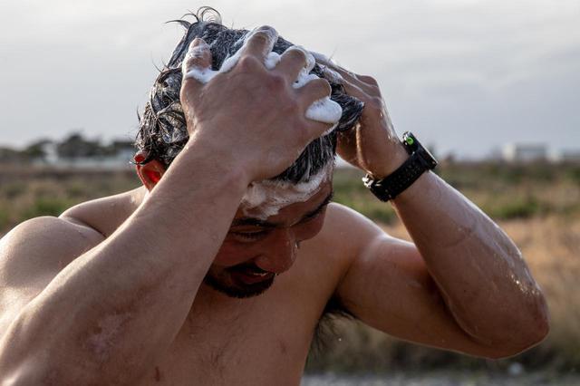 画像2: 野外でシャワーを浴びてるこの人は???
