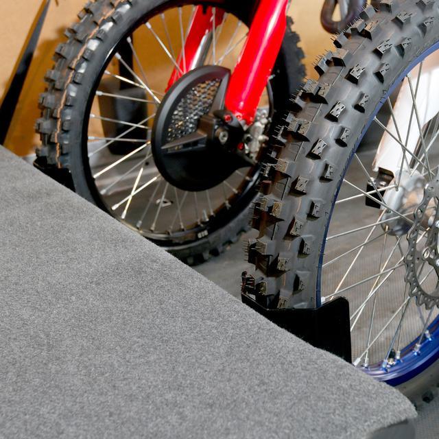 画像3: 床に穴を空けずにタイヤ止めが装着できる? UNITからトランポアイテム続々登場