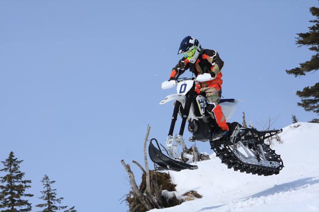画像: スノーバイクを駆る矢野さん。1月から3月はルスツのビッグベアでスノーバイクレンタルツアーも実施している