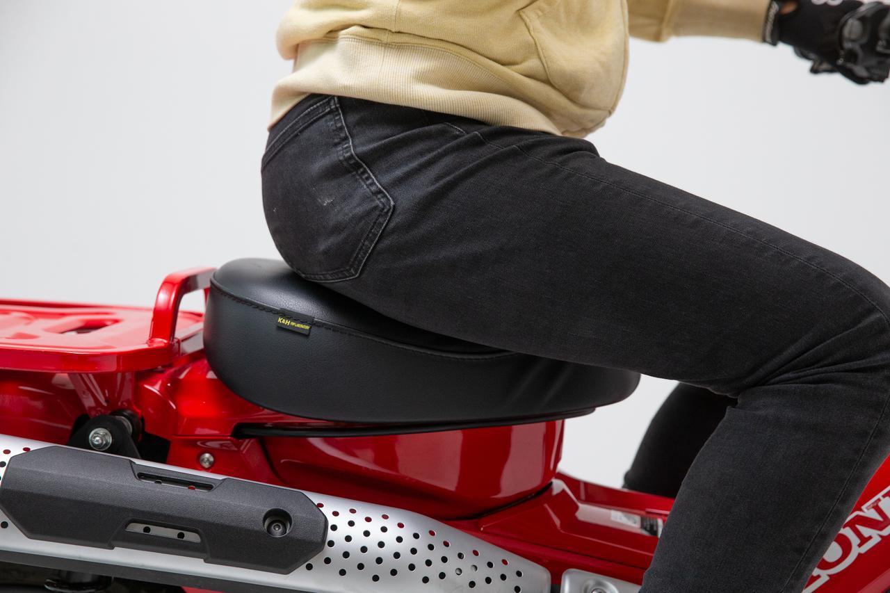 画像: 減速時は、前の傾斜を挟み込みコトで身体をささえられる