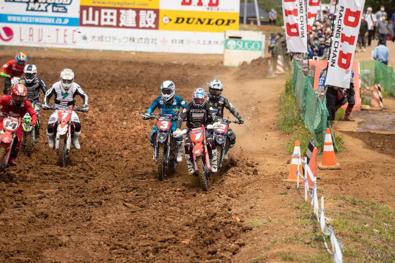 画像: 山本、富田、渡辺が一番イン側のラインを取り合うシーン。